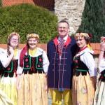 Marszałek Województwa Śląskiego Mirosław Sekuła w otoczeniu parafianek w strojach ludowych
